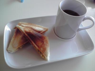 朝食。福袋のホットサンドメーカー使ってみた。