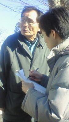 宇都宮地裁前で東京新聞の取材を受ける栃木県国民救援会事務局長の石