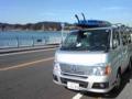 逗子海岸で、ウインドサーフィンの積み下ろし
