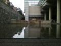 国立劇場小劇場前。雨上がった。