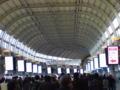 品川駅自由通路がディスプレイだらけに・・・電気のムダ遣い?