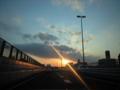 首都高。夕焼け雲。夕陽キラリ。