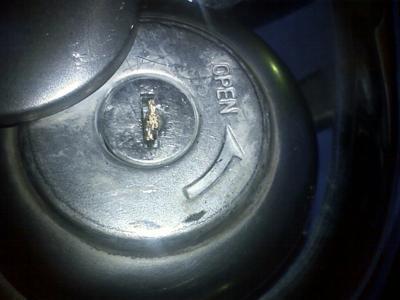 友人のスクーターがタンクキャップの鍵穴で鍵がポッキリ折れてレスキ