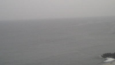 朝、曇り空と相模湾。 大島はこの霞に隠れ。