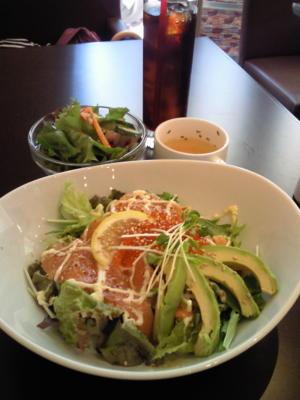ベルタ丼(アボカド・サーモン・いくら丼)。サラダ・スープ・飲み物
