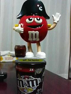 M&Msのチョコディスペンサをもらった。上げてる手を押すと……