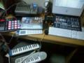 持ってくもの並べたら机が狭い。ほんとはもっと作曲家っぽいお部屋に