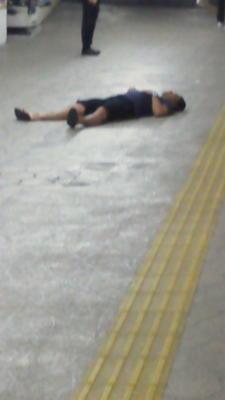 鎌倉の友人から「江ノ電のホームに寝てる人がいます」と写メが来たが