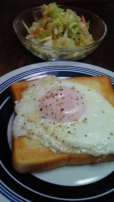 5/18 朝ごはん 半熟目玉焼きのせチーズトースト、コールスロー。