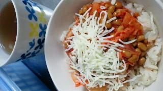 台所で朝ごはんー!キムチ納豆チーズごはん。発酵食品祭\(^o^)/てか