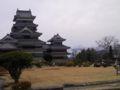 松本城。アルプスは薄曇り