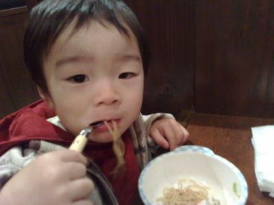 山神山人 一人で食べてるね。すごいね。