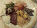 ビュッフェ形式です、外で宮崎牛と地鶏とスペアリブ焼いてるやばい(^O