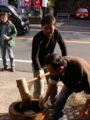 鎌倉市長餅つきなう。