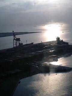 工業地帯の海なのでタンカー的なモノが。