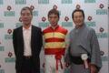 住吉朝男調教師、永島太郎騎手と記念撮影。心に残る素晴らしいレース