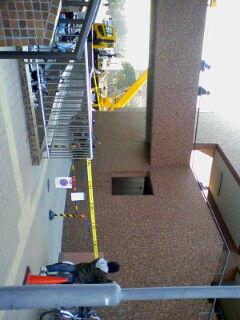 とうとう筑波大学にも学生運動勃発。機動隊が窓からの突入を試みてい