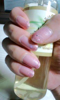 ラメグラデのネイル。思ったよりベースのピンクが子供っぽい色になっ