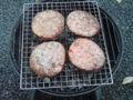 炭火ハンバーガーなう…でも、風が強くて寒い!