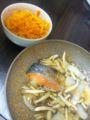 北海道から届いた美味しいサケをキノコあんかけに、人参をナムルにし