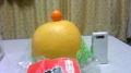 蜜柑ネタで再掲。両方とも柑橘類。横は普通の携帯。