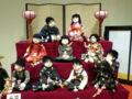 ひな人形ごっこをしている子供たちの人形。愛らしい。