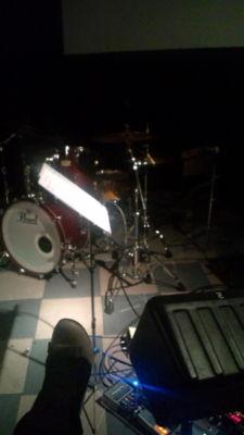 GINZなう。なんとステージ際に座布団が置かれ、ステージに足を投 げ出
