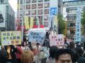 渋谷ハチ公前なう。既に結構集まっております。ご婦人中心に100名は超