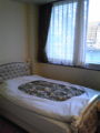 白浜のホテルに到着。なんて80年代仕様のベッド、もしくは ラブホ