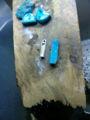 そしてトルコ石を枠に合わせて削り出します。二つ分なのでちょっと長