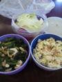 お昼。炒り豆腐丼&ささみとのらぼう菜のしょうが炒め&生野菜。「ザ