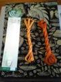 綴じ糸は、タイヤー絹かざり糸。手芸店で売ってる。
