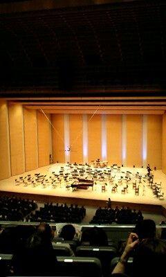 ベレゾフスキー氏のピアノ協奏曲開演前のステージ(ホールA)。ピア