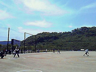ソフトボール開始なう。スタートはベンチで楽々です。メンバーが20