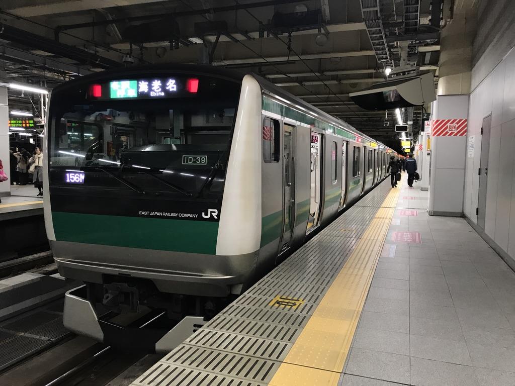 新宿駅2番線で折り返す相鉄線直通海老名行き。新宿時点では前側の車両が比較的空いている。