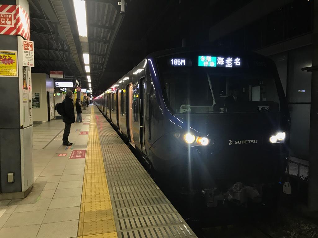 渋谷駅に停車する相鉄12000系。遅めの時間帯ならここからでも着席可能。