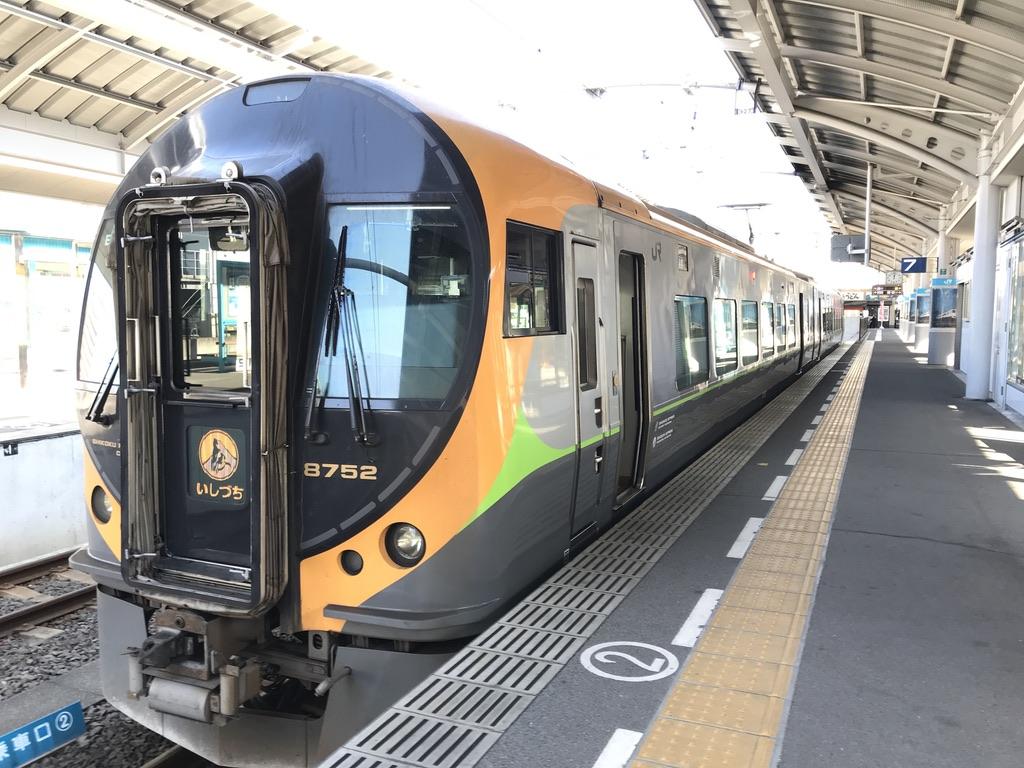 高松駅に停車する8600系いしづち11号