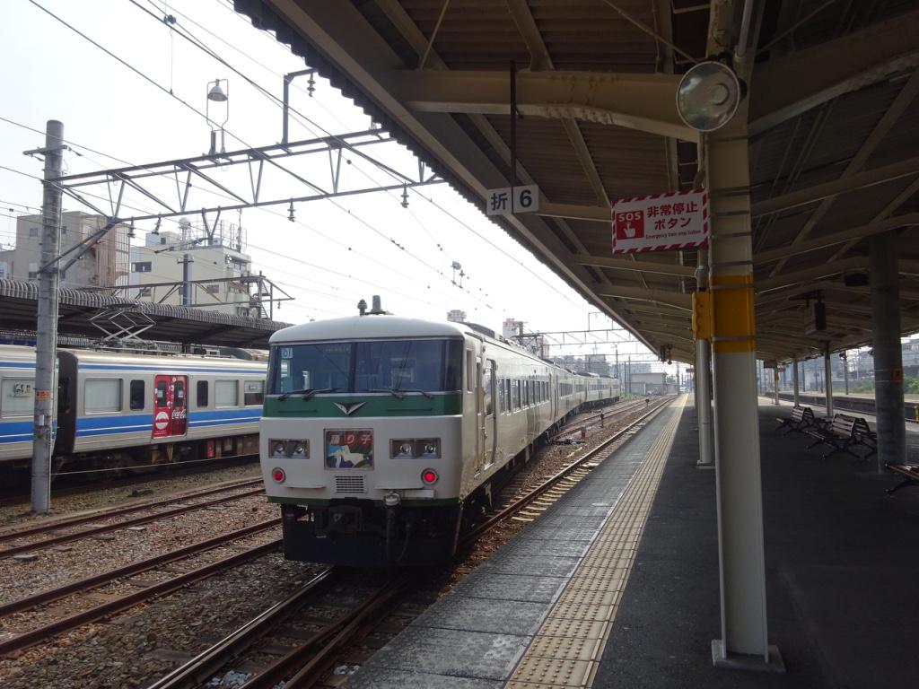 三島駅から修善寺方面へ出発する踊り子117号(2015/8/1)
