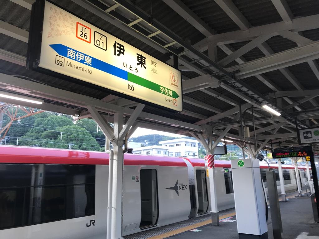 伊東駅に停車中のE259系マリンエクスプレス踊り子号