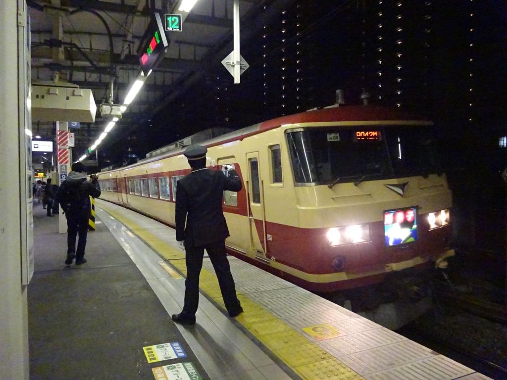 武蔵小杉駅に停車する、あまぎ色185系はちおうじ踊り子82号高尾行き(2015/2/22)