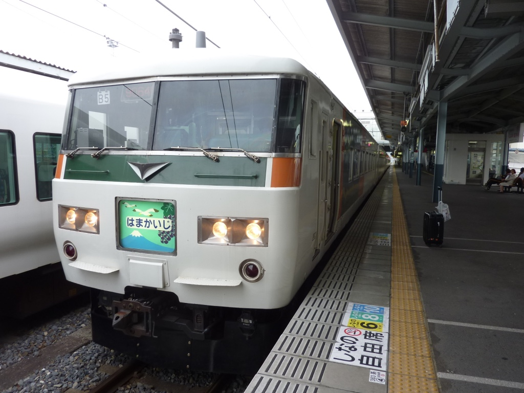 松本駅1番線に停車する特急はまかいじ号(2011/6/12)