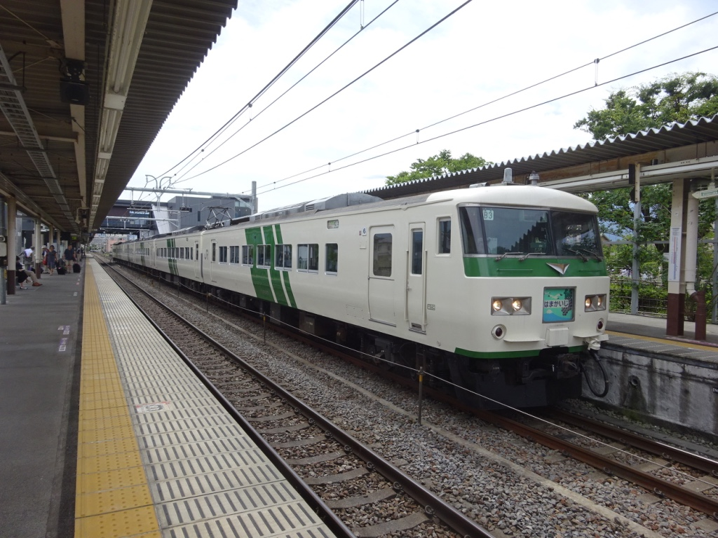 石和温泉駅に停車する特急はまかいじ号松本行き(2016/6/26)