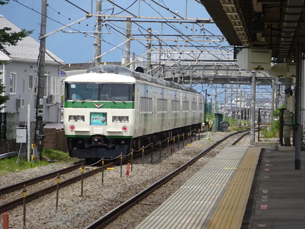 石和温泉駅を発車する特急はまかいじ号松本行き(2016/6/26)
