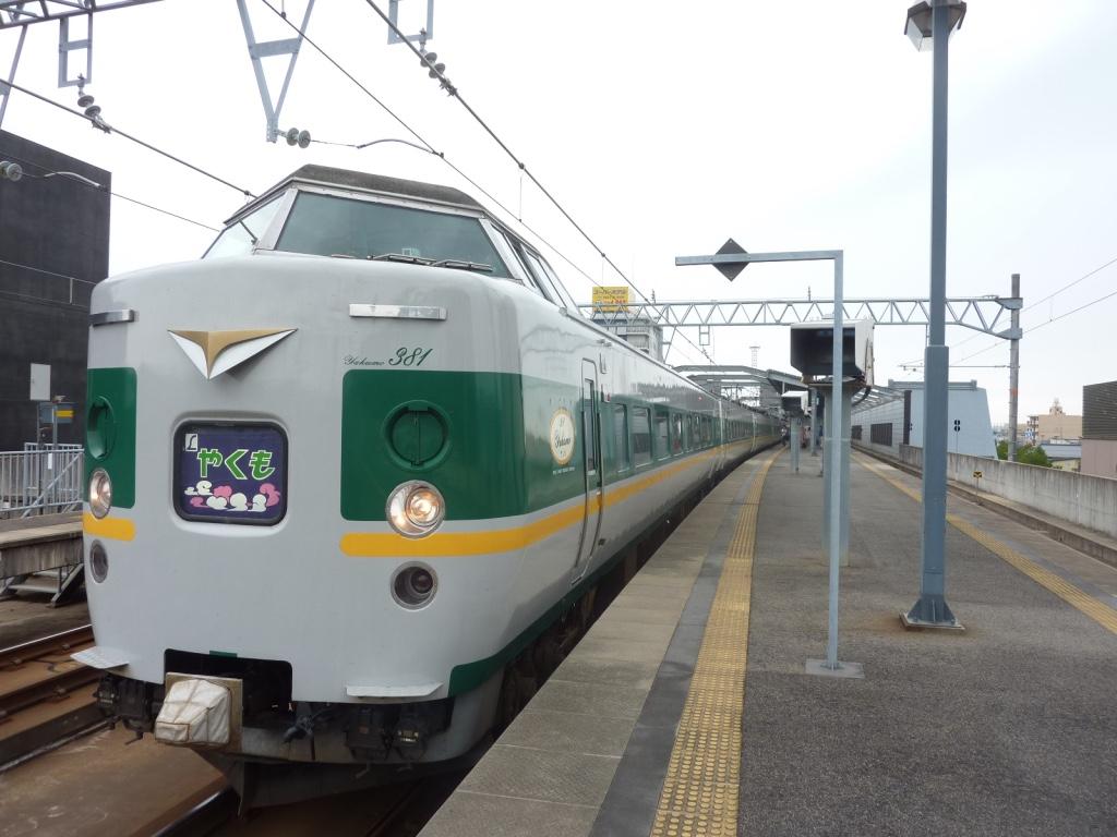 出雲市駅に停車する9両編成やくも24号(2010/8/14)