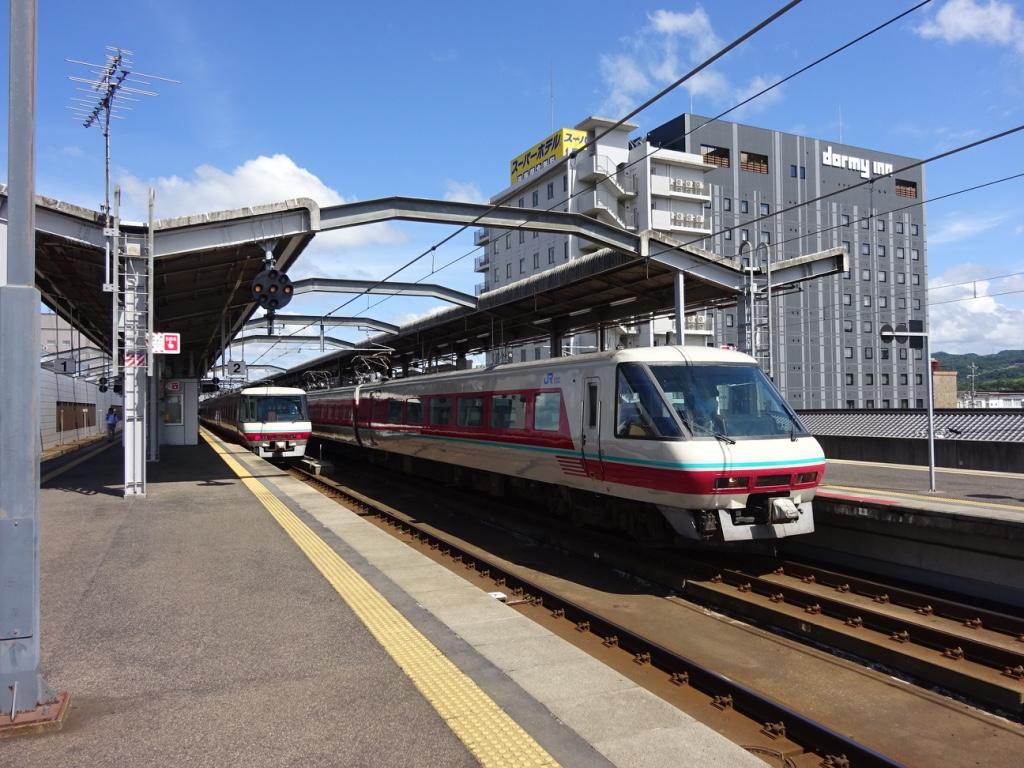 出雲市駅2・3番線でパノラマ型やくもが2編成並ぶ(2017/8/13)