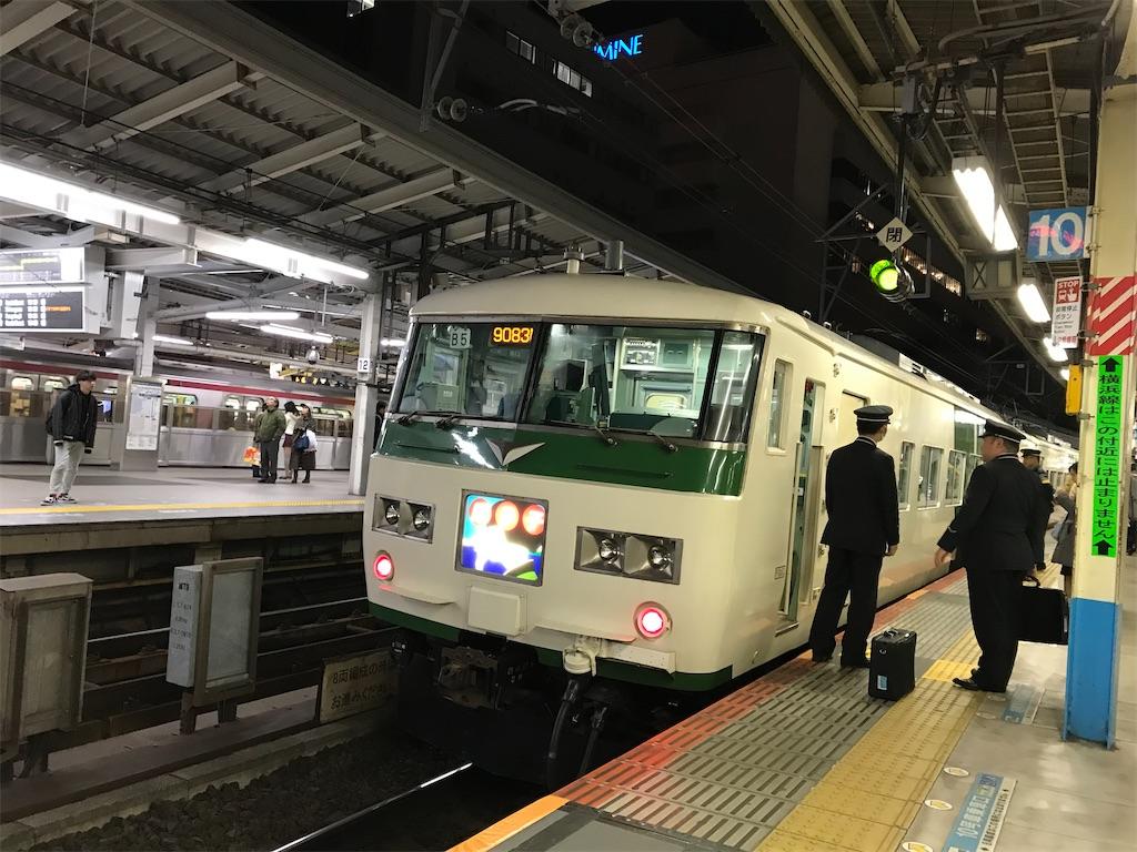 横浜駅に到着し、幕回し中の185系「踊り子」(2019/1/2)