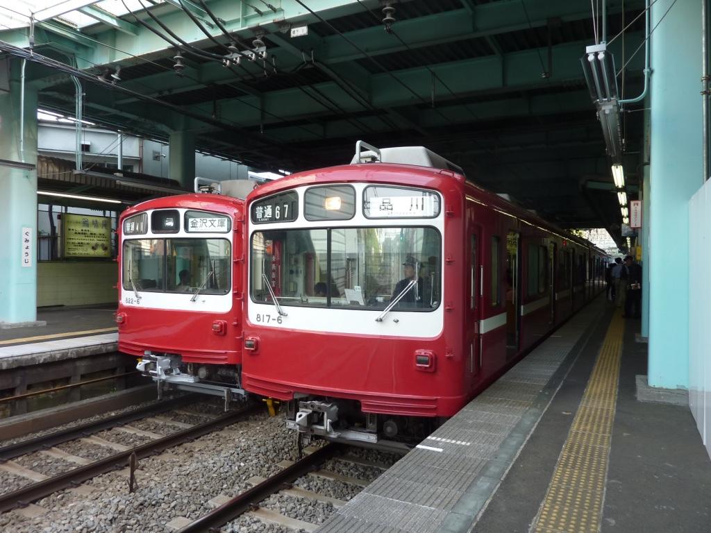 弘明寺駅で上下線に並ぶ800形(2010/5/8)