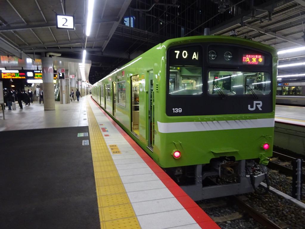 新大阪駅2番線に停車中の普通久宝寺行き(2019/10/25)