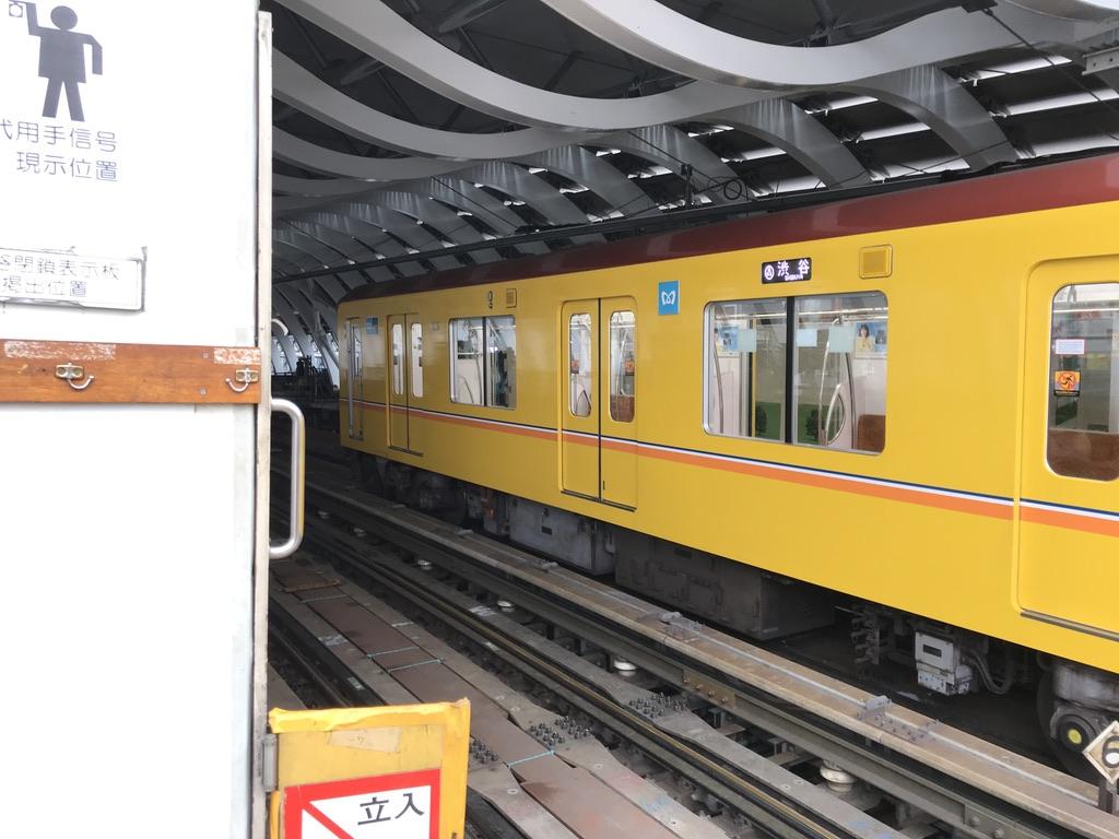 新ホーム方面の側から降車ホームに入線する列車(2019/12/25)