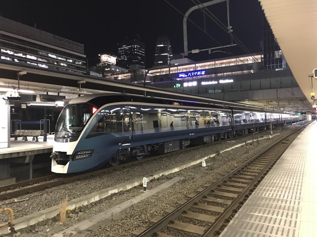 新宿駅5番線に停車中のE261系(2019/12/25)